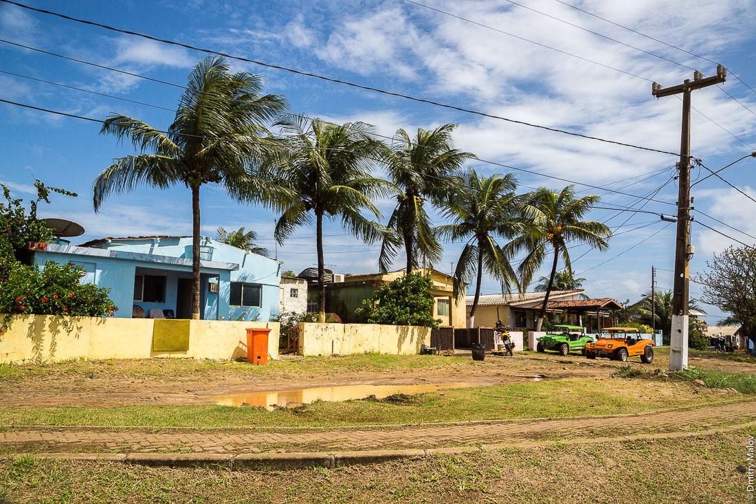 Улица города Вила-дус-Ремедиус, остров Фернанду-ди-Норонья, Бразилия. Street of town of Vila dos Remédios, Island Fernando de Noronha, Brazil.