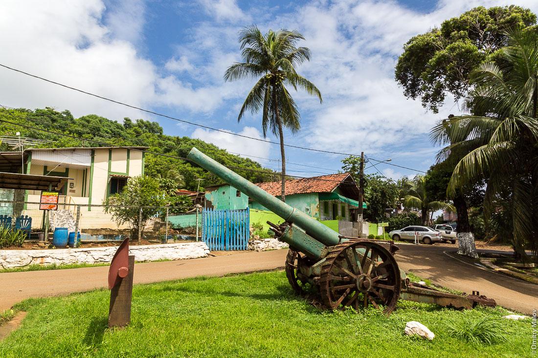 Пушка на улице города Вила-дус-Ремедиус, остров Фернанду-ди-Норонья, Бразилия. A Memorial Gun/Cannon on street of town of Vila dos Remédios, Island Fernando de Noronha, Brazil