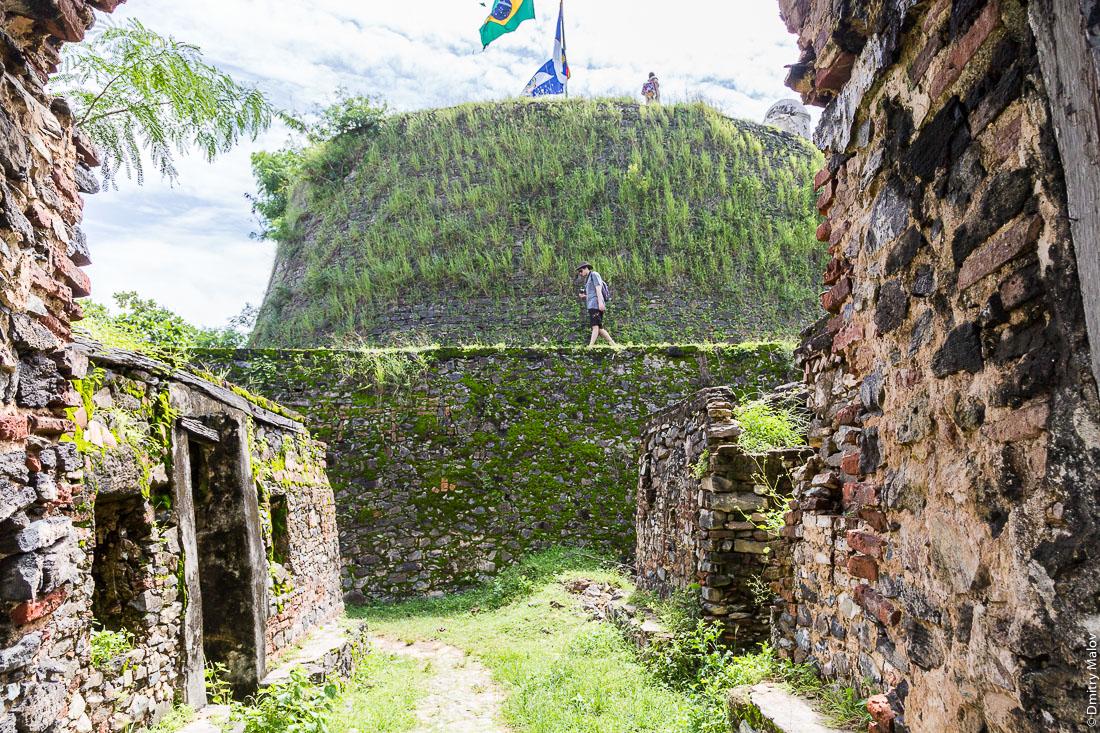 Стены и укрепления форта Носса-Сеньора-дус-Ремедиус-ди-Фернанду-ди-Норонья, остров Фернанду-ди-Норонья, Бразилия. Walls of Forte de Nossa Senhora dos Remédios de Fernando de Noronha, Island Fernando de Noronha, Brazil