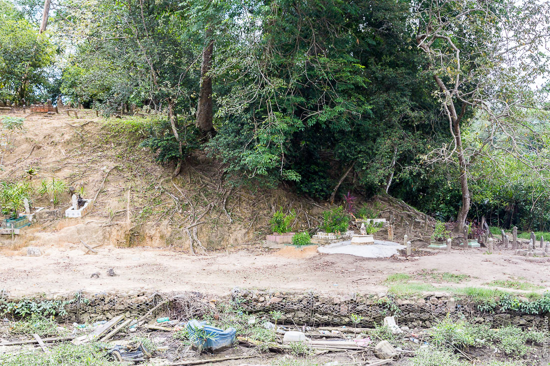 Кладбище в районе Тамой в деревне в деревне на сваях Кампунг-Айер, Бандар-Сери-Бегаван, Бруней-Даруссалам. Cemetery near Tamoi district, at stilt village Kampong Ayer, Bandar Seri Begawan, Brunei Darussalam