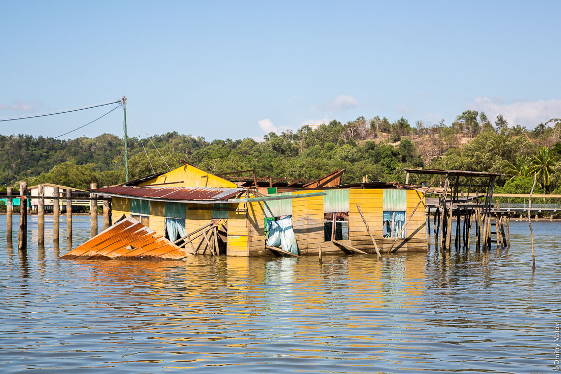 Разрушенный дом в водной деревне Кампунг-Айер, Бандар-Сери-Бегаван, Бруней-Даруссалам. Old destroyed house in Stilt village Kampong Ayer, Bandar Seri Begawan, Brunei Darussalam