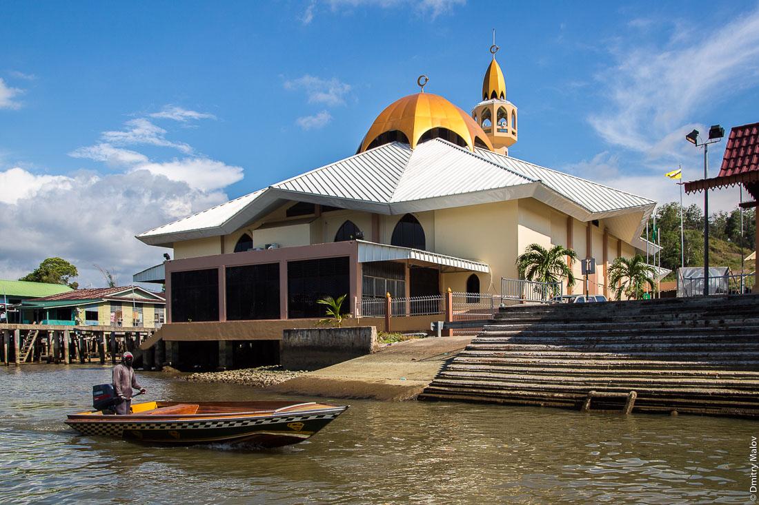 Вид на Мечеть Аль-Мухтади Билла из деревни на сваях Кампунг-Айер, Бандар-Сери-Бегаван, Бруней-Даруссалам. Al-Muhtadee Billah Mosque, stilt village Kampong Ayer, Bandar Seri Begawan, Brunei Darussalam.