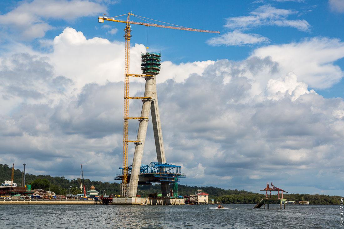 Строительство подвесного моста Сунгай Кебун через реку Бруней, Бандар-Сери-Бегаван, Бруней-Даруссалам. Building of suspended Sungai Kebun Bridge, Brunei River, Bandar Seri Begawan, Brunei Darussalam