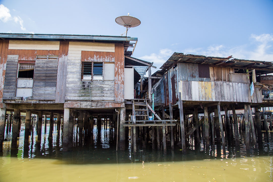 Спутниковая тарелка. Деревня на сваях Кампунг-Айер, Бандар-Сери-Бегаван, Бруней-Даруссалам. Satellite dish in the village Kampong Ayer, Bandar Seri Begawan, Brunei Darussalam.
