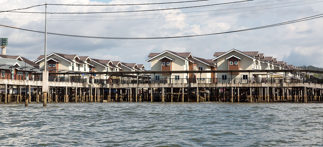 Новые дома в водной деревне Кампунг-Айер, Бандар-Сери-Бегаван, Бруней-Даруссалам. New houses in Stilt village Kampong Ayer, Bandar Seri Begawan, Brunei Darussalam.