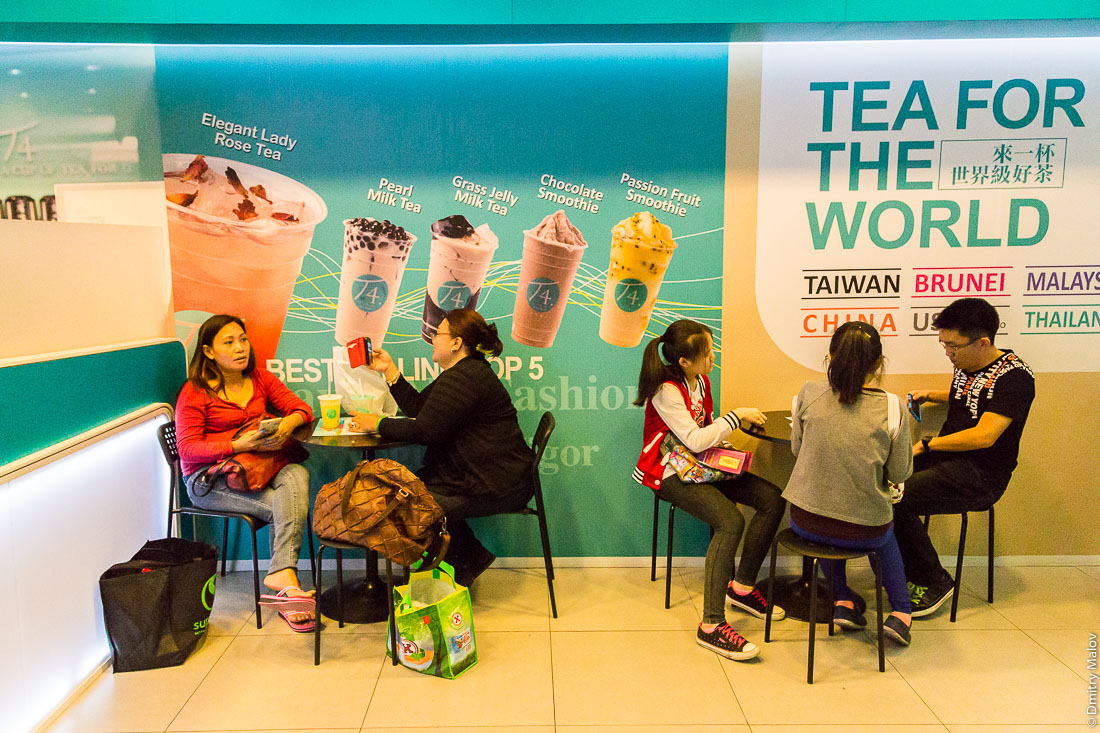 Покупатели в чайной в торговом центре, Бандар-Сери-Бегаван, Бруней-Даруссалам. People sitting in a tea room in a shopping mall. Bandar Seri Begawan, Negara Brunei Darussalam.