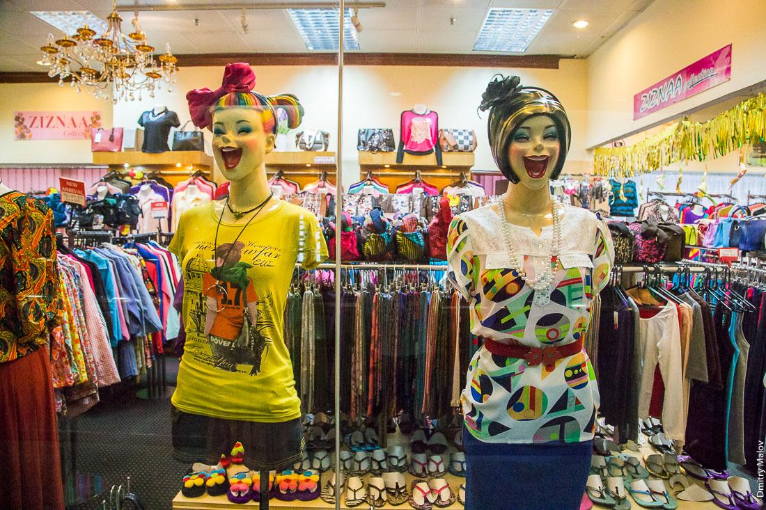 Две женщины-манекена в витрине магазина в торговом центре, Бандар-Сери-Бегаван, Бруней-Даруссалам. Two women mannequins in store window in a shopping mall. Bandar Seri Begawan, Negara Brunei Darussalam.