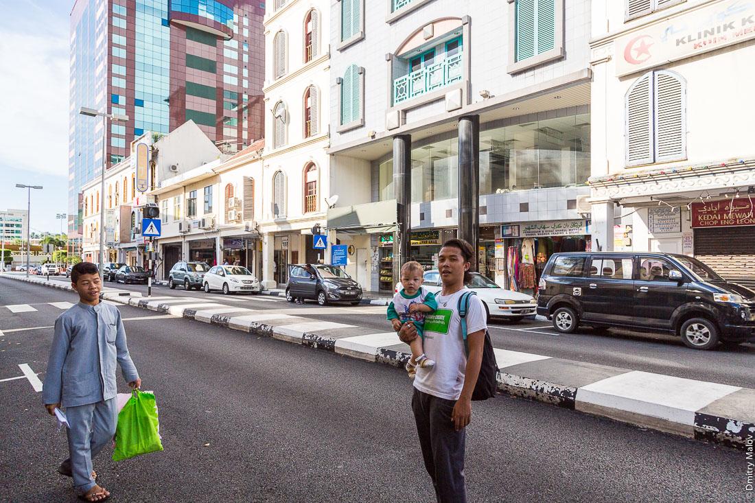 Люди на улице города Бандар-Сери-Бегаван, Бруней-Даруссалам. People on a street of Bandar Seri Begawan, Negara Brunei Darussalam