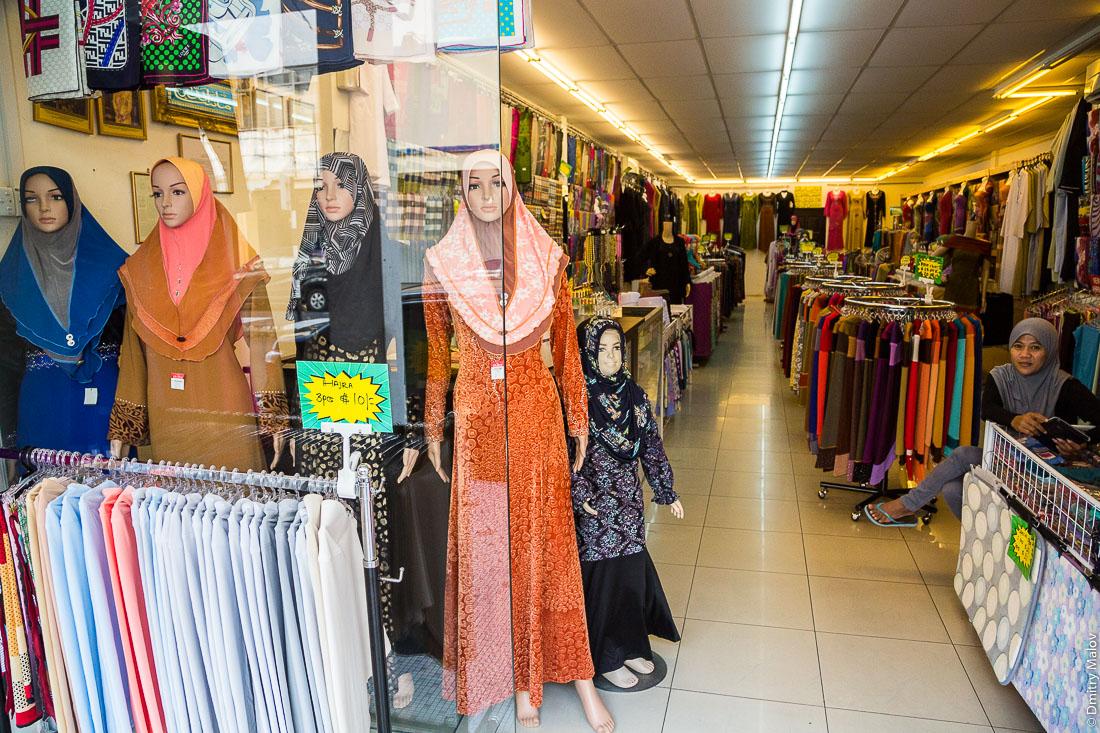 Магазин с традиционной исламской одеждой, манекены в бурках, Бандар-Сери-Бегаван, Бруней-Даруссалам. A traditional Islamic women clothing store with mannequins in burkas. Bandar Seri Begawan, Negara Brunei Darussalam.