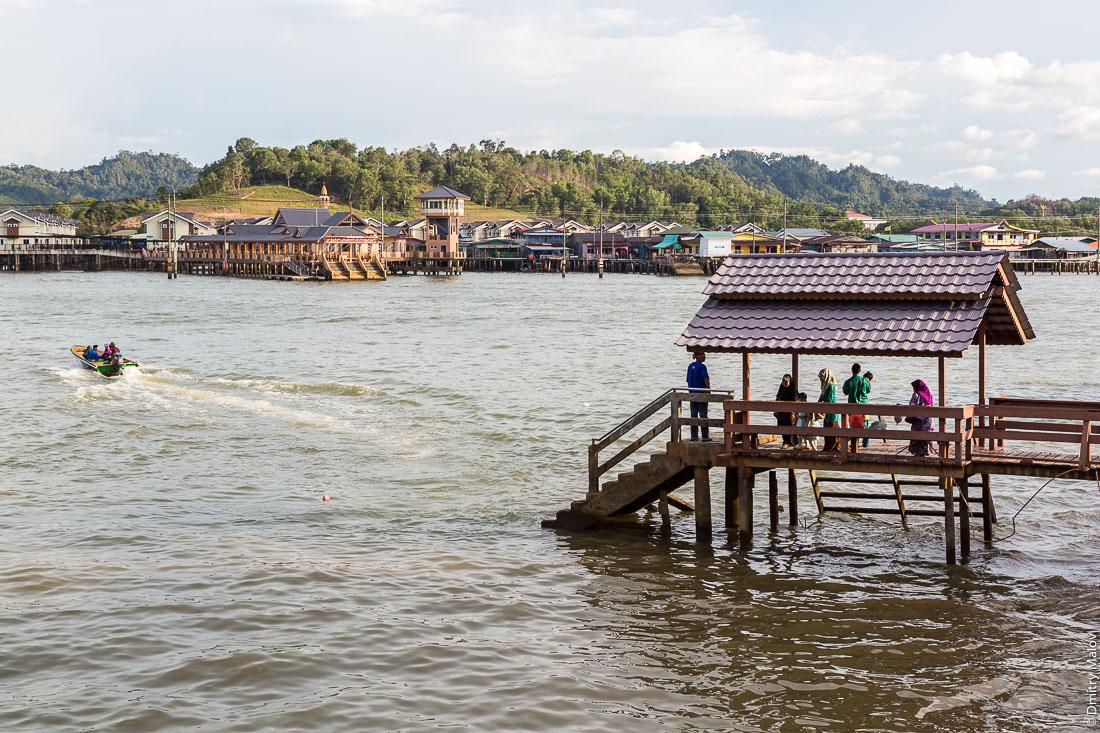 Лодка-такси. Пассажиры ждут лодки на пристани. Бандар-Сери-Бегаван, Бруней-Даруссалам. Taxi-boat. Passengers are waiting for boats on a jetti, Bandar Seri Begawan, Brunei Darussalam