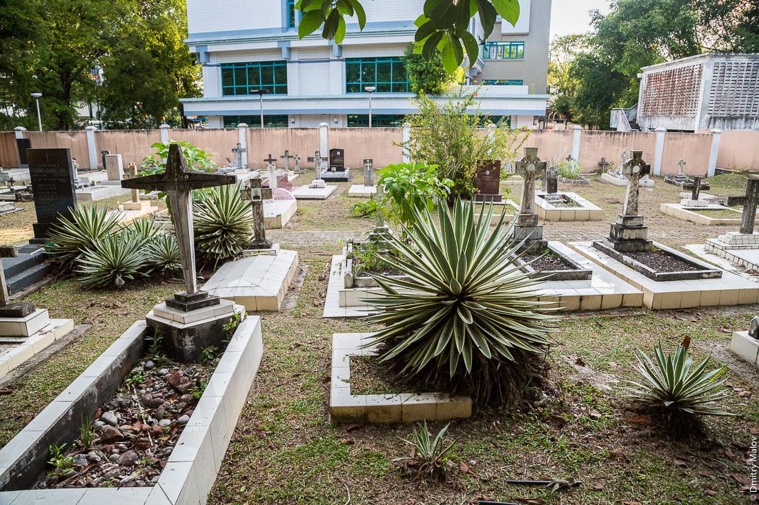 Кладбище около церкви Андрея Первозванного, Бандар-Сери-Бегаван, Бруней-Даруссалам. Saint Andrew's Church cemetery, Bandar Seri Begawan, Brunei Darussalam