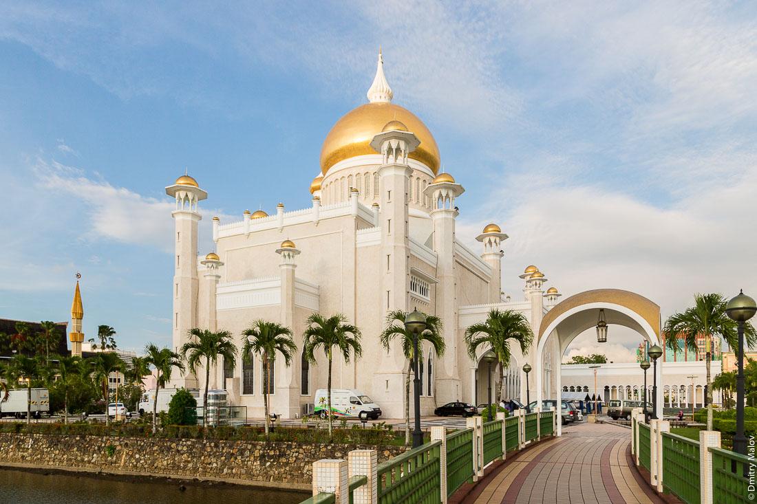 Мечеть Омара Али Сайфуддина, Бандар-Сери-Бегаван, Бруней-Даруссалам. View of Omar Ali Saiffudien Mosque, Bandar Seri Begawan, Brunei Darussalam