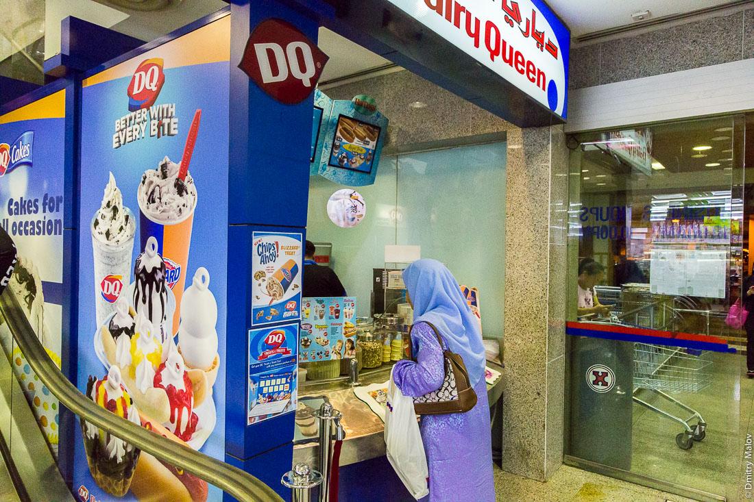 Женщина покупает моороженое торговом центре, Бандар-Сери-Бегаван, Бруней-Даруссалам. A women is shopping for an ice cream in Dairy Queen in a shopping mall. Bandar Seri Begawan, Negara Brunei Darussalam.