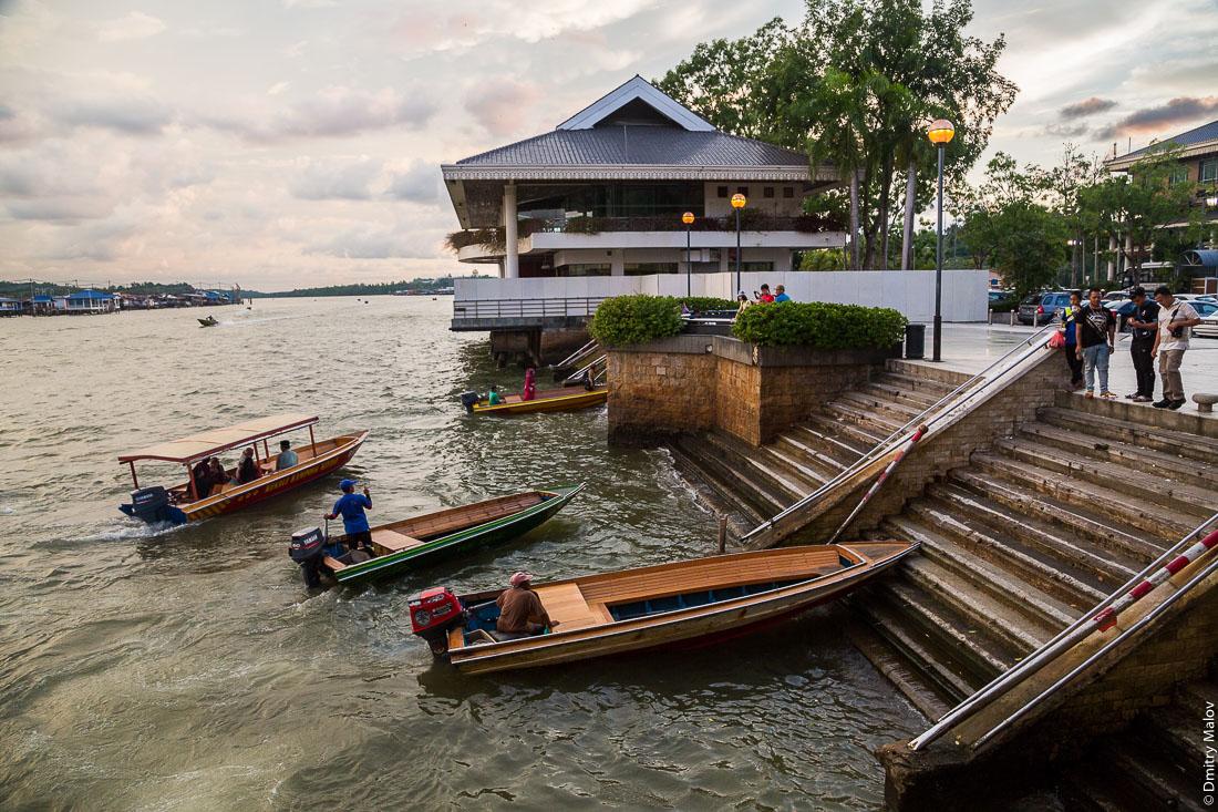 Лодки-такси на центральной пристани вечером. Бандар-Сери-Бегаван, Бруней-Даруссалам. Тaxi boats on the central pier in the evening, Bandar Seri Begawan, Brunei Darussalam