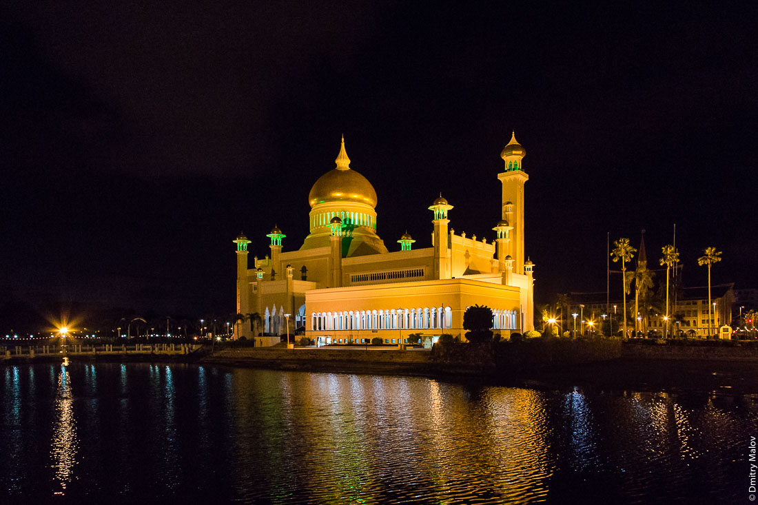 Вид на мечеть Омара Али Сайфуддина ночью, Бандар-Сери-Бегаван, Бруней-Даруссалам. View of Omar Ali Saiffudien Mosque by night, Bandar Seri Begawan, Brunei Darussalam