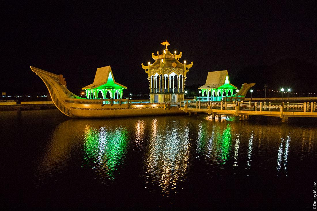 Бетонная ладья у мечети Омара Али Сайфуддина ночью, Бандар-Сери-Бегаван, Бруней-Даруссалам.  The ceremonial barge near Omar Ali Saiffudien Mosque by night, Bandar Seri Begawan, Brunei Darussalam