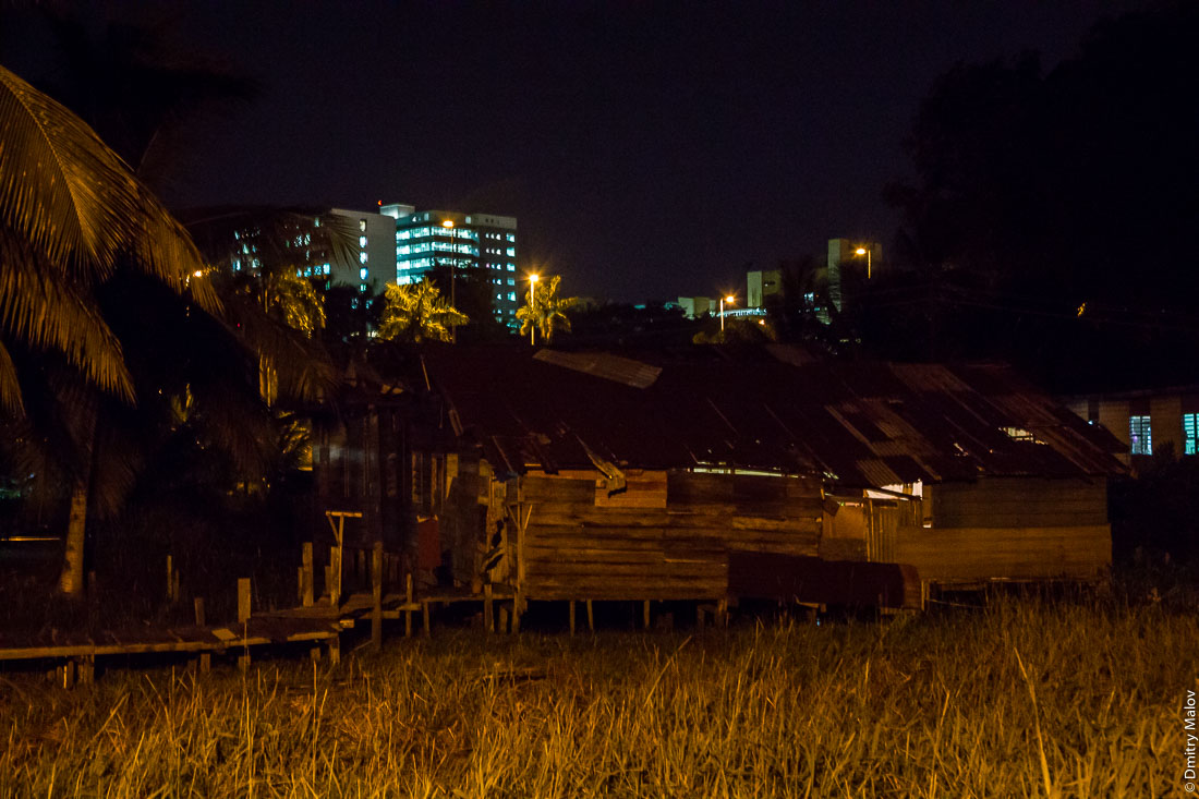 Вид на город из района Тамой в деревне на сваях Кампунг-Айер ночью, Бандар-Сери-Бегаван, Бруней-Даруссалам. Bandar Seri Begawan as seen from Tamoi, stilt village Kampong Ayer by night, Bandar Seri Begawan, Brunei Darussalam
