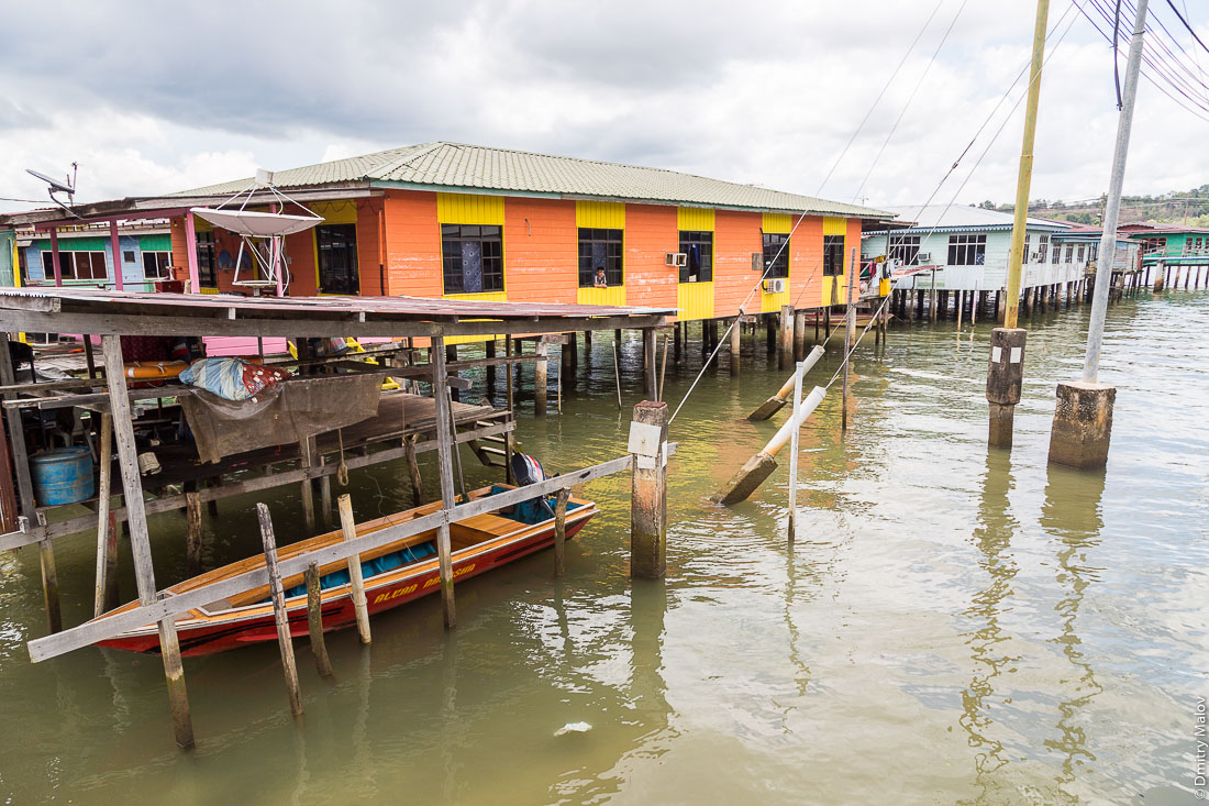 Навес для лодки, спутниковая тарелка. Кампунг-Айер, Бандар-Сери-Бегаван, Бруней-Даруссалам. Shelter for a boat, satellite dish. Stilt village Kampong Ayer, Bandar Seri Begawan, Brunei Darussalam.