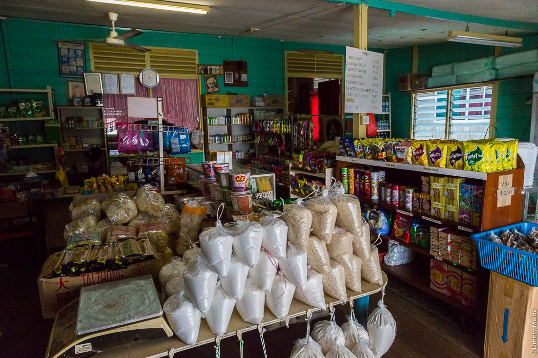 Магазин в деревне на сваях Кампунг-Айер, Бандар-Сери-Бегаван, Бруней-Даруссалам. A store in the Stilt village Kampong Ayer, Bandar Seri Begawan, Brunei Darussalam.