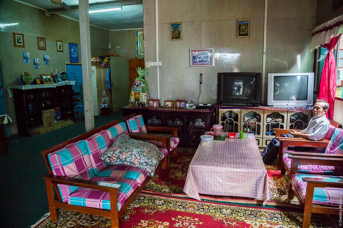 Внутри жилого дома в деревне на сваях Кампунг-Айер, Бандар-Сери-Бегаван, Бруней-Даруссалам. Inside of a living house in stilt village Kampong Ayer, Bandar Seri Begawan, Brunei Darussalam