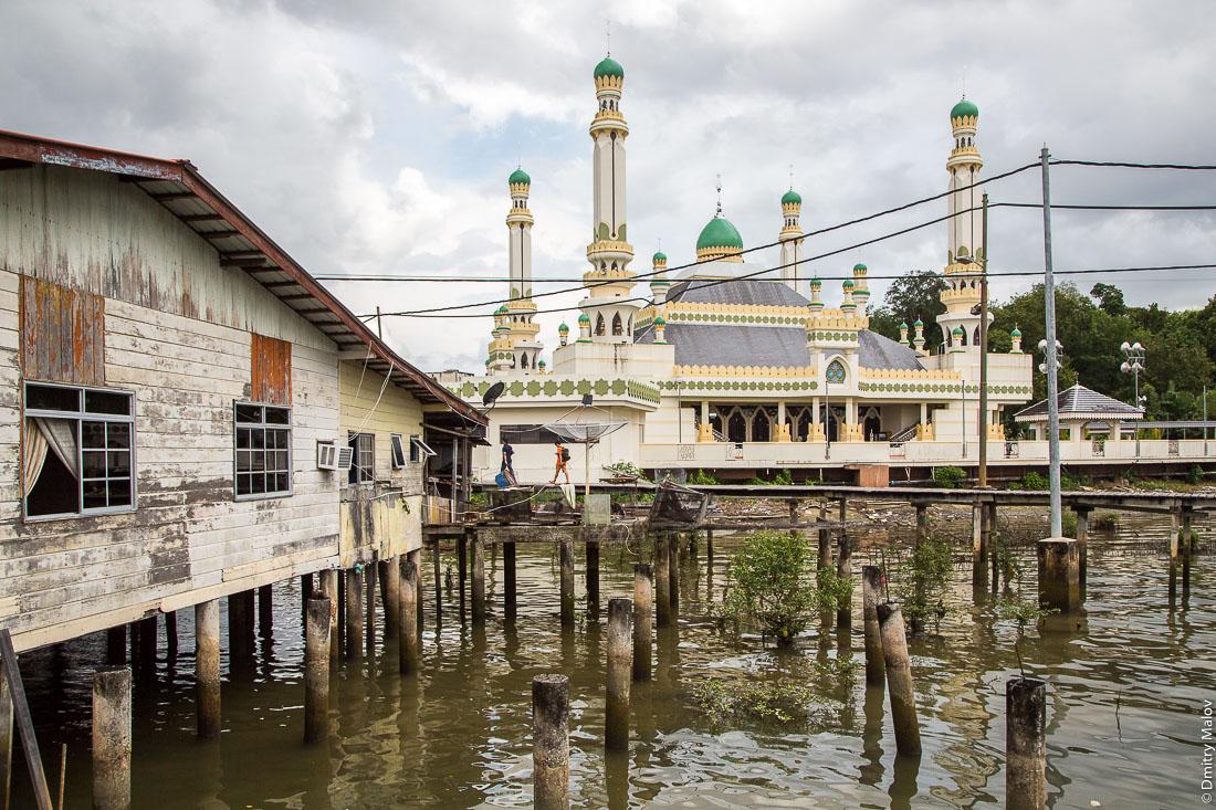 Вид на Мечеть Муда Ходжи Аль-Мухтади Билла из деревни на сваях Кампунг-Айер, Бандар-Сери-Бегаван, Бруней-Даруссалам. Muda Haji Al-Muhtadee Billah Mosque as seen from stilt village Kampong Ayer, Bandar Seri Begawan, Brunei Darussalam.