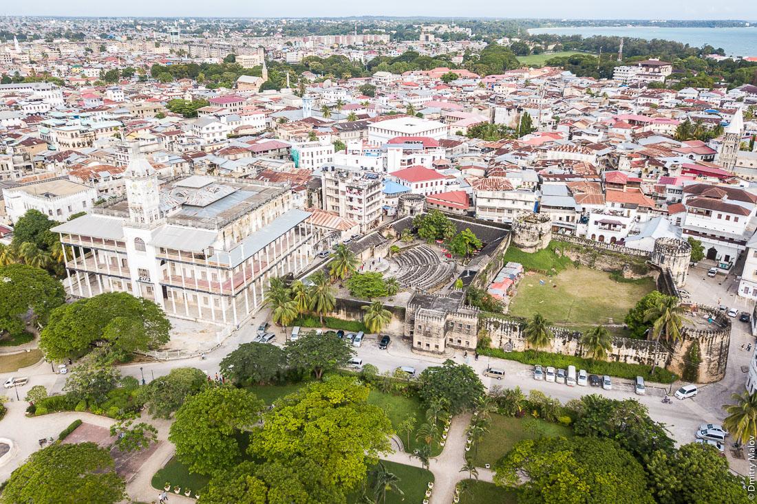 Дом чудес. Старый форт. Каменный город (Стоун-таун), старая часть Занзибар-сити, остров Унгуджа, Танзания. Аэрофотосъёмка с дрона. The House of Wonders. The Old Fort. Stone Town, old town of Zanzibar City, Unguja island, Tanzania. Aerial drone photo