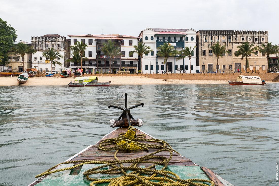 Дворцы на набережной Каменного города (Стоун-Таун), Занзибар-сити, остров Унгуджа, Танзания. Palaces on the embankment of Stone Town, Zanzibar City, Unguja island, Tanzania.