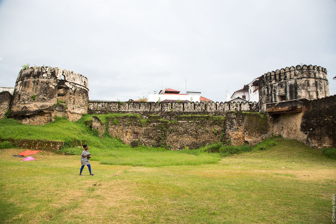 Внутри Арабского форта. Каменный город (Стоун-таун), старая часть Занзибар-сити, остров Унгуджа, Танзания. Inside the Old Fort (Arab Fort). Stone Town, old town of Zanzibar City, Unguja island, Tanzania.