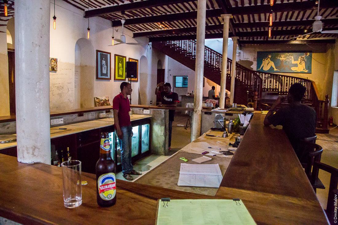 Внутри бара, Каменный город (Стоун-Таун), Занзибар-сити, остров Унгуджа, Танзания. Inside Livingstone Beach Restaurant, Stone town, Zanzibar City, Tanzania