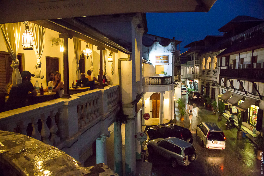 На балконе ресторана Таперия, Каменный город (Стоун-Таун), Занзибар-сити, остров Унгуджа, Танзания. Taperia restaurant balcony, Stone town, Zanzibar City, Tanzania