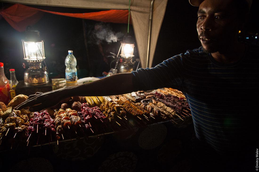 Рынок уличной еды, сады Фородхани, Каменный город, Занзибар-сити, остров Унгуджа, Танзания. Forodhani Gardens street food market. Stone Town, Zanzibar City, Unguja island, Tanzania