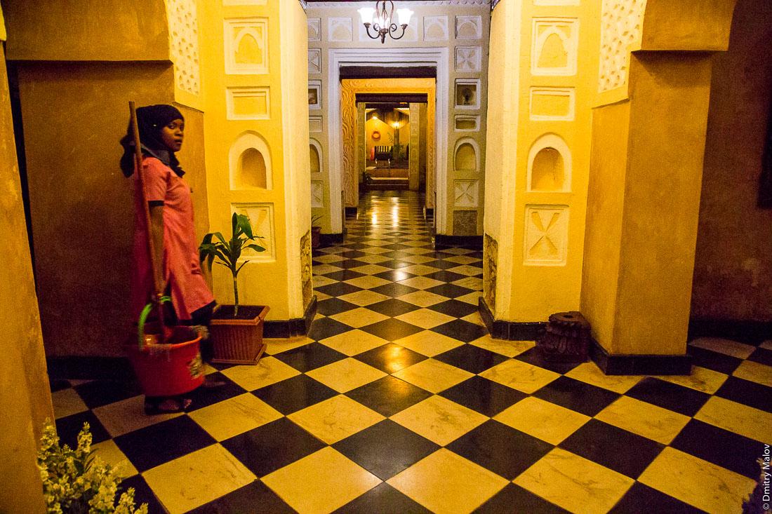 Внутри гостиницы, Каменный город (Стоун-Таун), Занзибар-сити, остров Унгуджа, Танзания. Inside Mizingani Seafront Hotel, Stone town, Zanzibar City, Tanzania