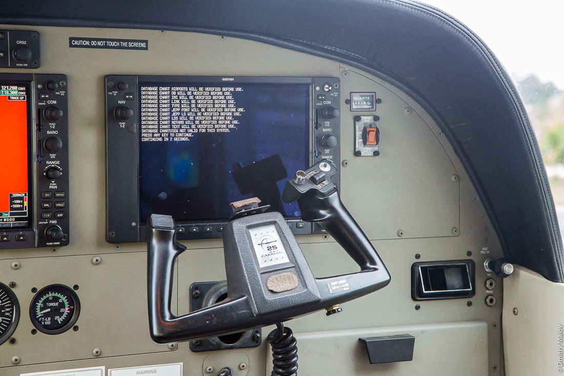 Авионика самолёта Cessna Caravan 208 B (5H-CAR) загружается, Занзибар (ZNZ airport), Танзания. Cessna Caravan 208 B (5H-CAR) cockpit with avionics computer loading screen, Zanzibar airpot (ZNZ), Tanzania.