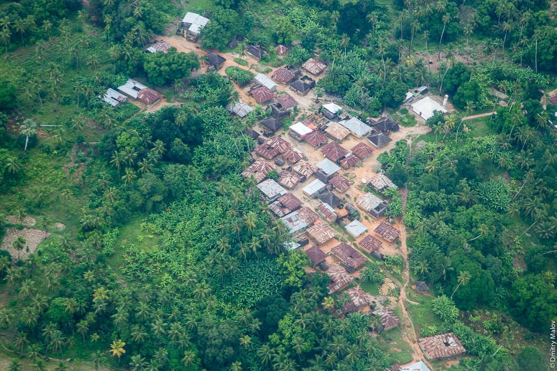 Дома местных жителей, остров Пемба, архипелаг Занзибар, Танзания. Фото с самолёта. Houses of local people, Pemba island, Zanzibar archipelago, Tanzania. Aerial photo