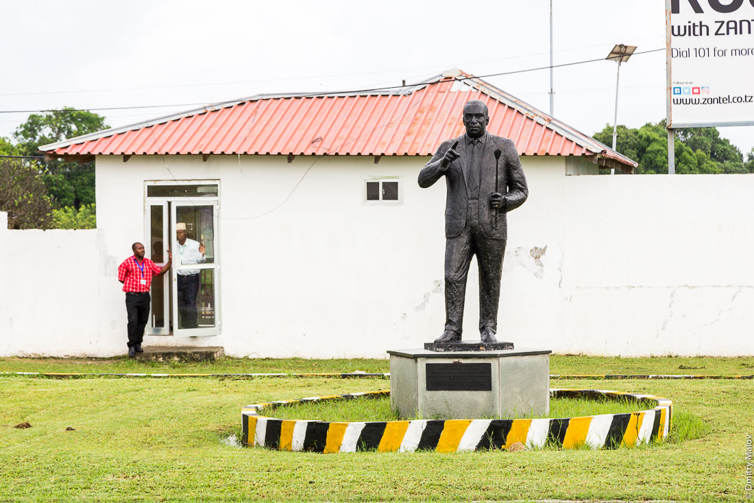 Памятник превому президету Занзибара, шейх Абейд Амани Каруме, аэропорт Пембы (PMA), Занзибар, Танзания. First President of Zanzibar Abeid Amani Karume monument in Pemba Airport (PMA), Pemba island, Zanzibar, Tanzania