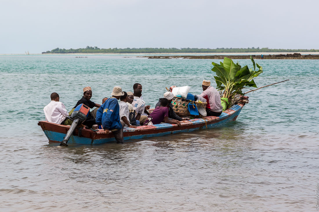 Канаое перегруженное местными жителями. Остров Пемба, архипелаг Занзибар, Танзания. Overloaded canoe full of the locals. Pemba island, Zanzibar archipelago, Tanzania.