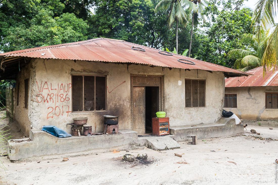 Местный традиционный дом суахили с резными дверьми, остров Пемба, архипелаг Занзибар, Танзания. Traditional Swahili house with carved doors, Pemba island, Zanzibar archipelago, Tanzania.