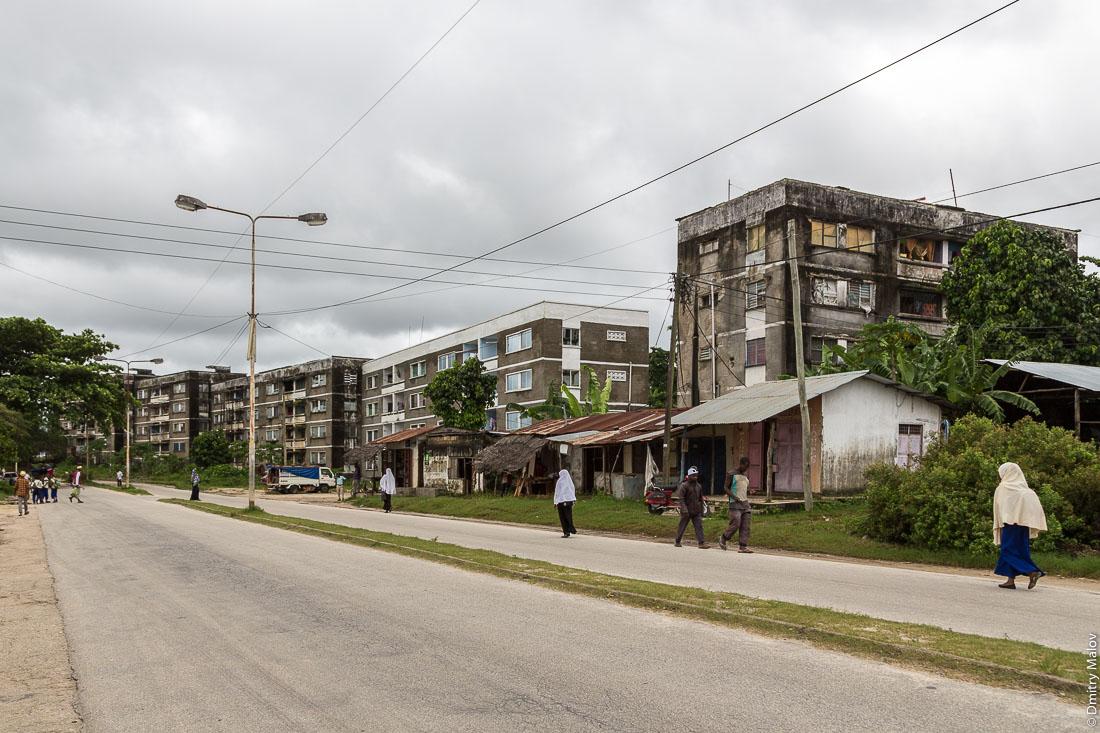 Четырёхэтажные дома, город Чаки-Чаки, остров Пемба, Занзибар, Танзания. Apartment buildings, Chake-Chake town, Pemba island, Zanzibar, Tanzania.