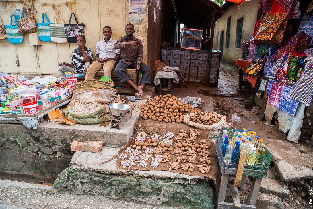 Рынок, три чёрных мужчины-торговца кореньями, город Чаки-Чаки, остров Пемба, Занзибар, Танзания. Market, bazaar. Three black men-vendors with root-crops, Chake-Chake town, Pemba island, Zanzibar, Tanzania