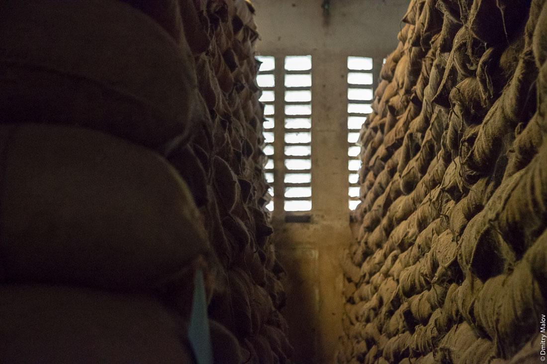 Склад специй в мешках, остров Пемба, Занзибар, Танзания. Spice warehouse, Pemba island, Zanzibar, Tanzania