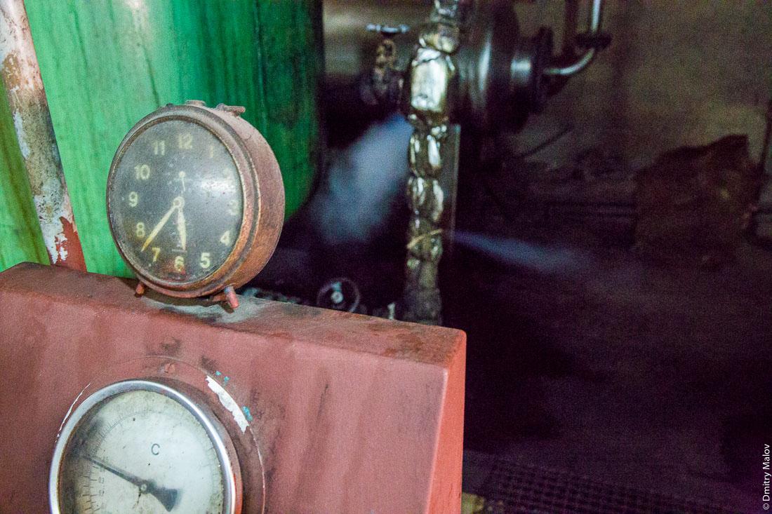 Завод по перегонке специй в масло, остров Пемба, Занзибар, Танзания. Pemba essential oil Distillery (PEOD), Pemba island, Zanzibar, Tanzania