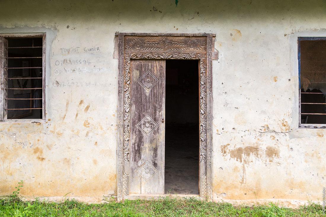 Традиционный резные двери суахили, остров Пемба, архипелаг Занзибар, Танзания. Traditional Swahili  carved doors, Pemba island, Zanzibar archipelago, Tanzania