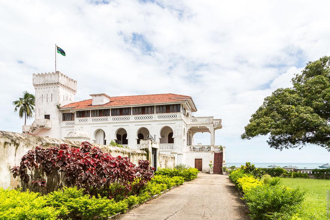 Загородный дворец султана Занзибара в Кибвени, Танзаниця. Beit el Kassrusaada, Kibweni Palace - Sultan's country residence, Unguja island, Zanzibar, Tanzania.