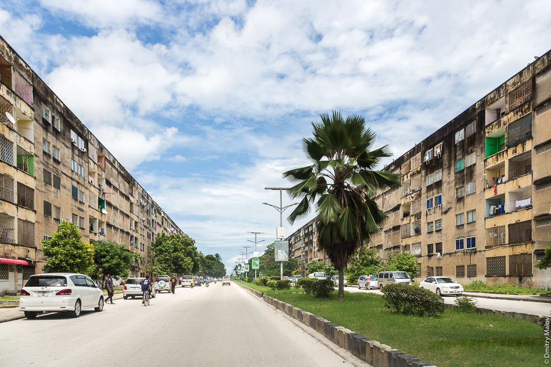 Шестиэтажки, Занзибар-сити, остров Унгуджа, Танзания. Apartment buildings, Zanzibar City, Unguja island, Tanzania