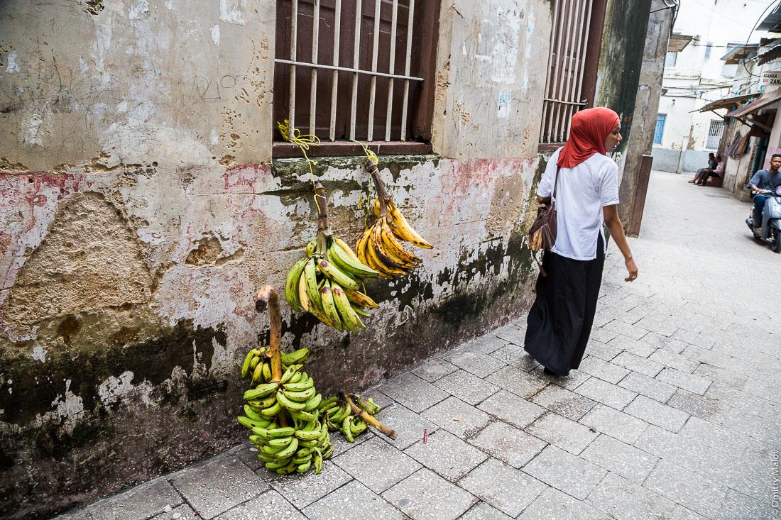 Продажа бананов. Каменный город, Занзибар-сити, остров Унгуджа, Танзания. Bananas on sale. Stone Town, Zanzibar City, Unguja island, Tanzania