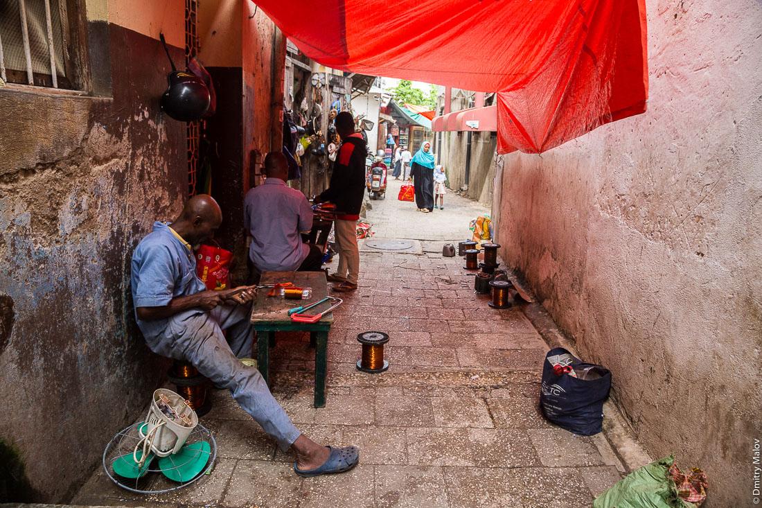 Рынок, торговцы радиоборудованием. Каменный город, Занзибар-сити, остров Унгуджа, Танзания. Vendors. Stone Town, Zanzibar City, Unguja island, Tanzania