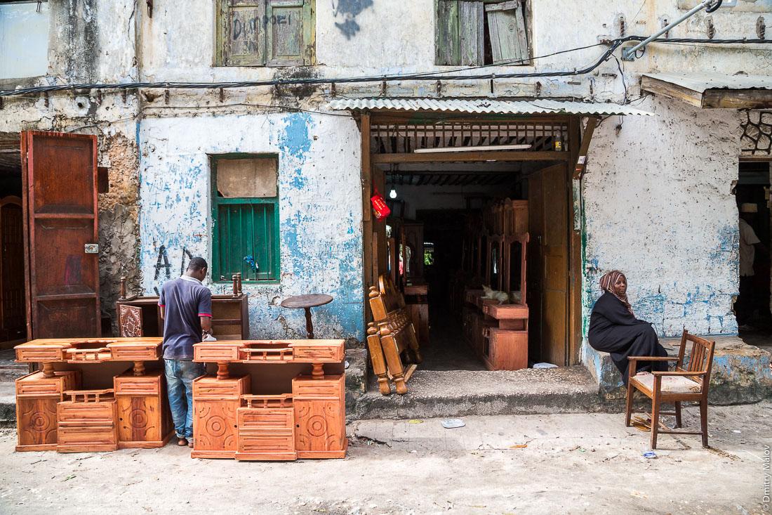 Мебельный магазин. Каменный город, Занзибар-сити, остров Унгуджа, Танзания. Furniture store. Stone Town, Zanzibar City, Unguja island, Tanzania