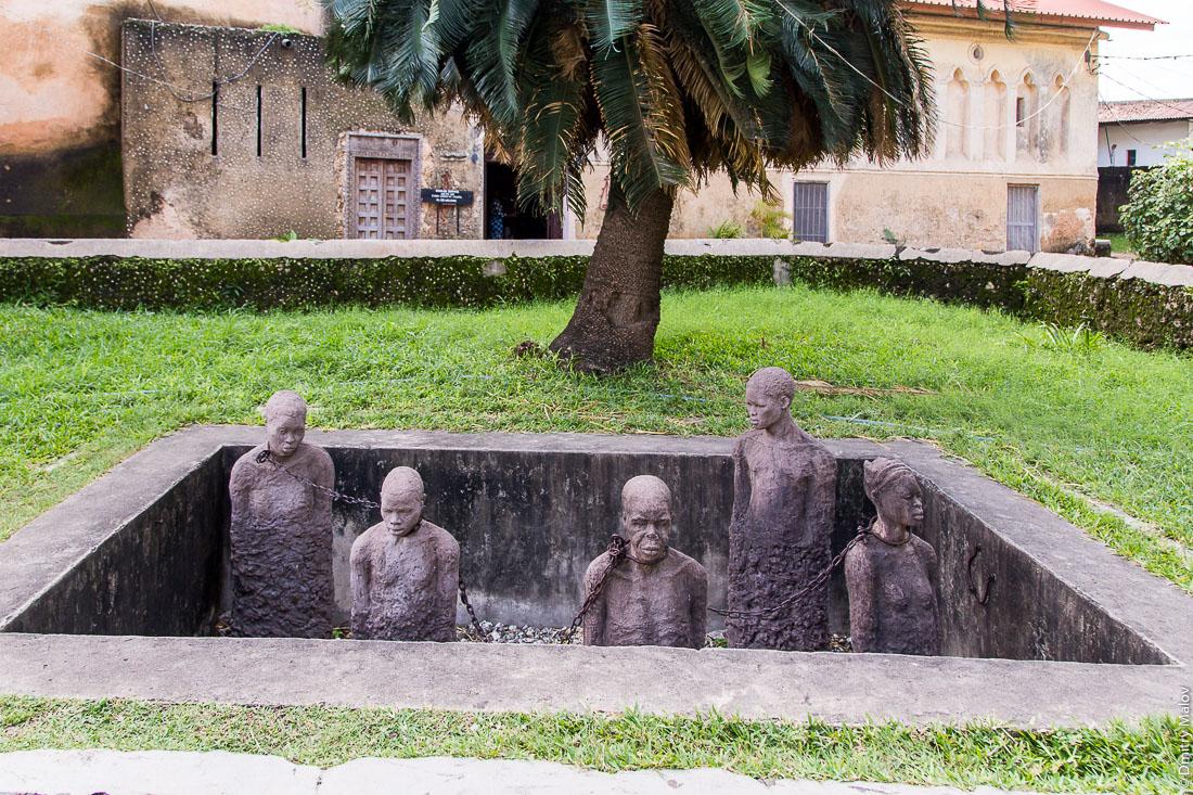 Монумент отмене рабства рядом с англиканской церковью. Каменный город (Стоун-Таун), Занзибар-сити, остров Унгуджа, Танзания.  Stone Town Slave Market monument near the Church of Christ, Anglican cathedral in Stone Town, Zanzibar, Tanzania.
