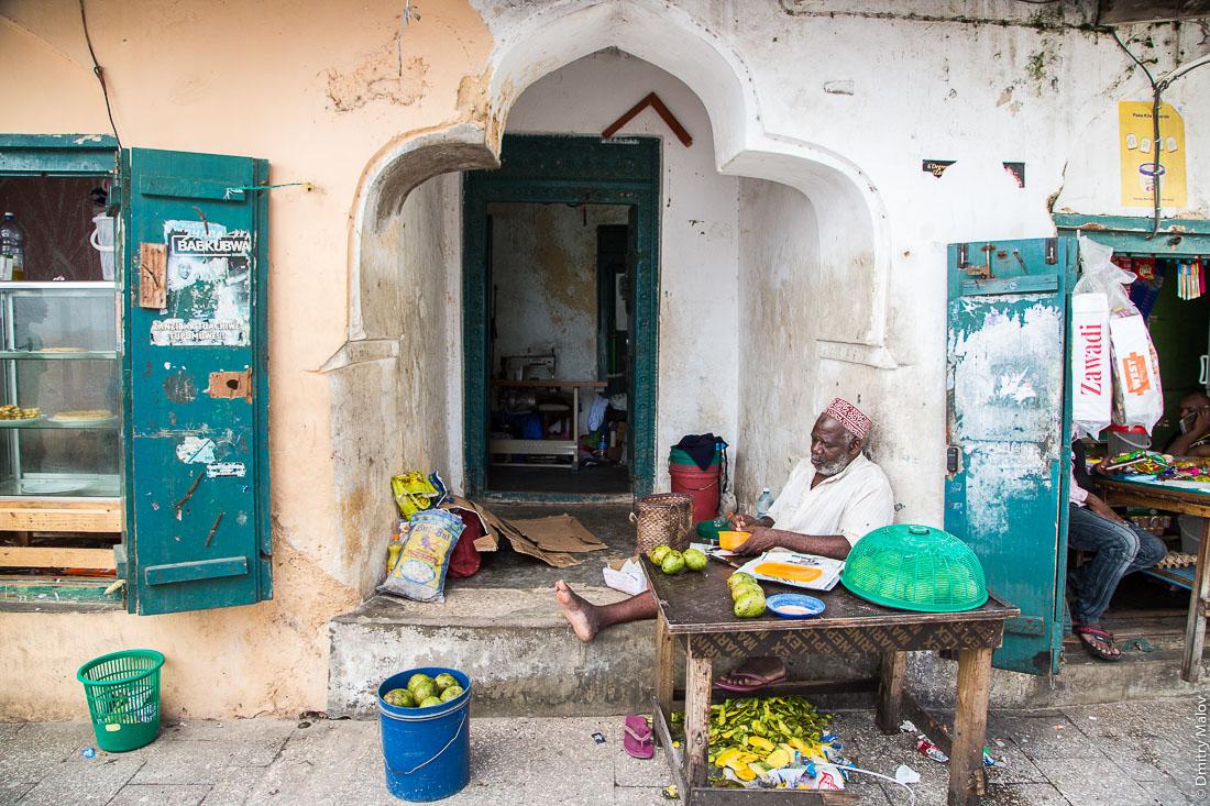 Торговец цитрусовыми. Каменный город, Занзибар-сити, остров Унгуджа, Танзания. A mango vendor at Stone Town, Zanzibar City, Unguja island, Tanzania