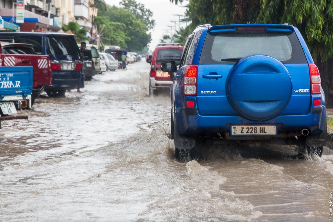 Потоп на улицах Занзибар-сити, остров Унгуджа, Танзания. Flooded streets of Zanzibar City, Unguja island, Tanzania